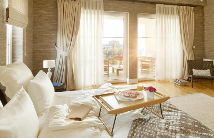 Cómoda habitación con grandes ventanales