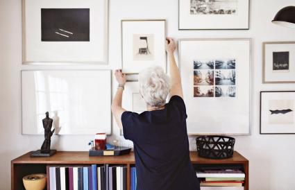 Mujer ajustando el marco de la foto