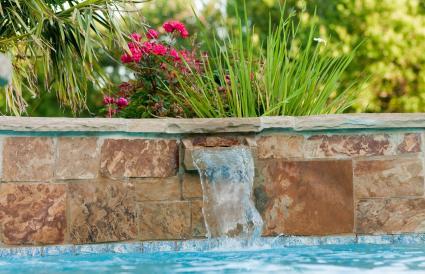 piscina con cascada de piedra