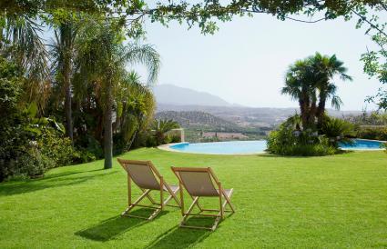 sillas con vista a la piscina