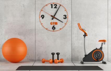 Gimnasio casero naranja y gris concreto