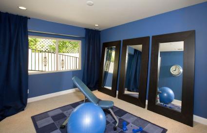 Sala de ejercicios en casa azul y negra