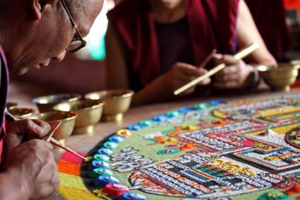 Monjes budistas haciendo mandalas de arena