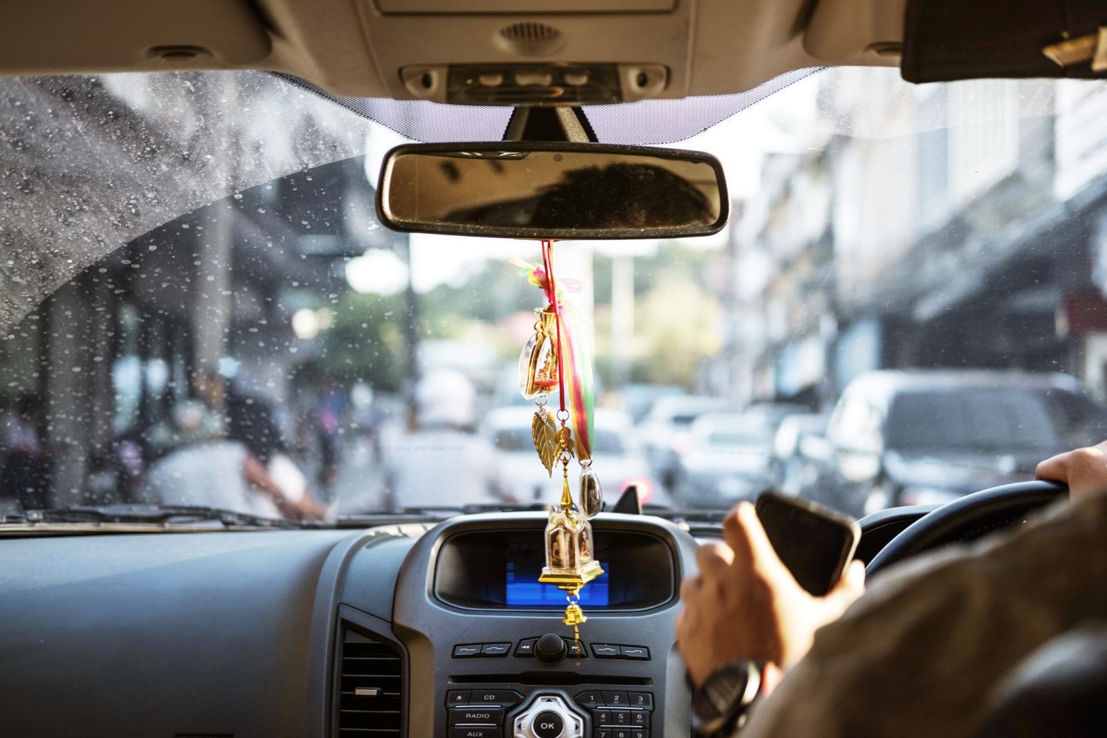 Amuletos feng shui colgados dentro del coche