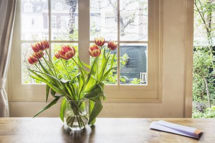 Tulipas en una mesa al lado de la ventana