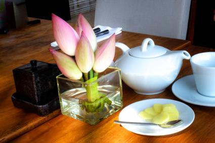 Flores de loto en una mesa