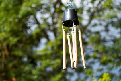 Campana de viento hecha con bambú y una maceta