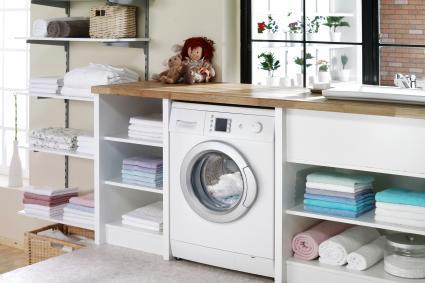 Cuarto de lavado moderno y limpio