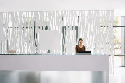 Mujer hablando por telefono en la recepción