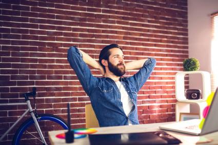 Joven diseñador sentado en su escritorio