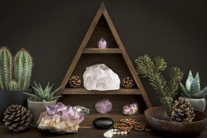 Cristales en una estanteria de madera