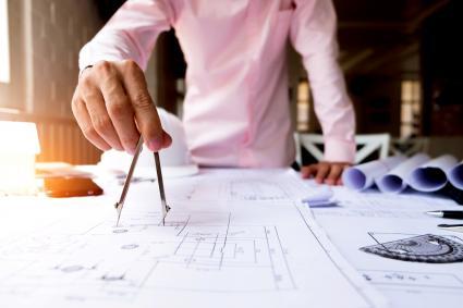 Hombre con planos de la casa
