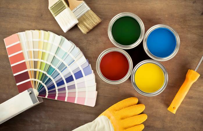Latas de pintura y tabla de colores