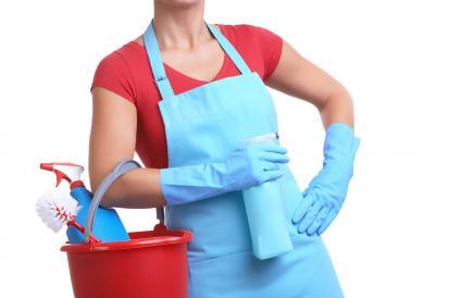 Mujer con un cubo de suministros de limpieza