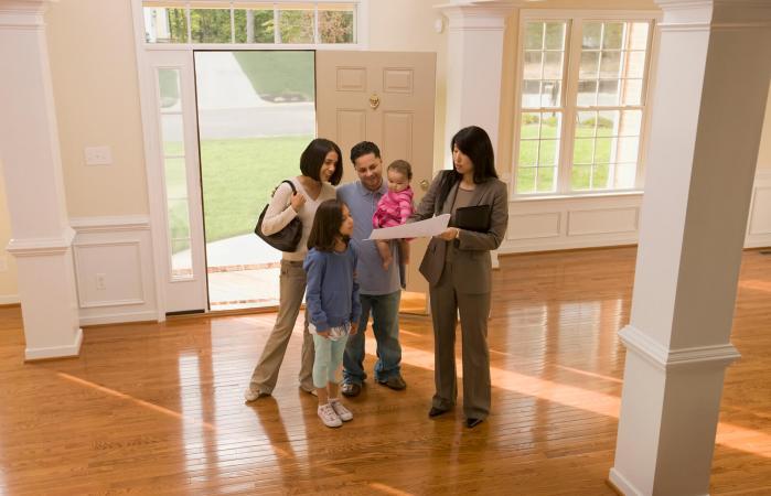 Familia examinando el plano de la casa