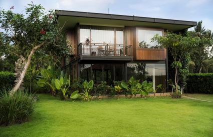 Casa con arbustos y árboles