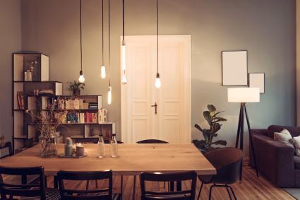 Salón con luces colgadas de baja altura