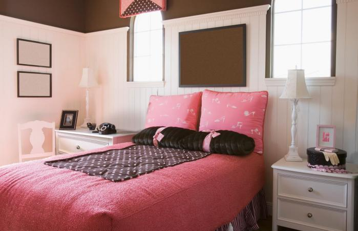 Dormitorio de chica en marrón y rosa