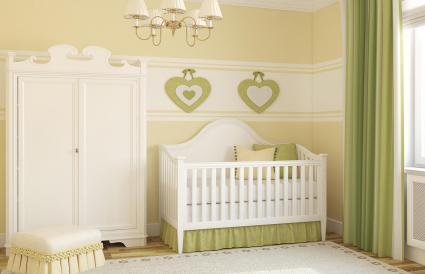 Verde pálido y amarillo en el cuarto del bebé