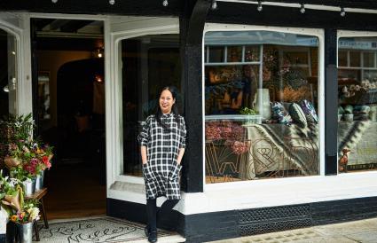 Mujer parada fuera de su boutique