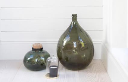 Jarrones de cerámica en esquina