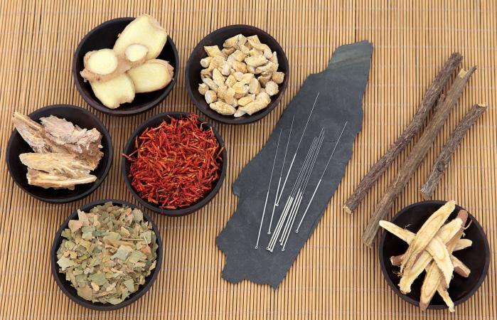 Varios remedios naturales con agujas de acupuntura en bambú