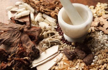 Hierbas medicinales chinas con mortero