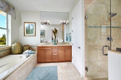 Baño con alfombra azul