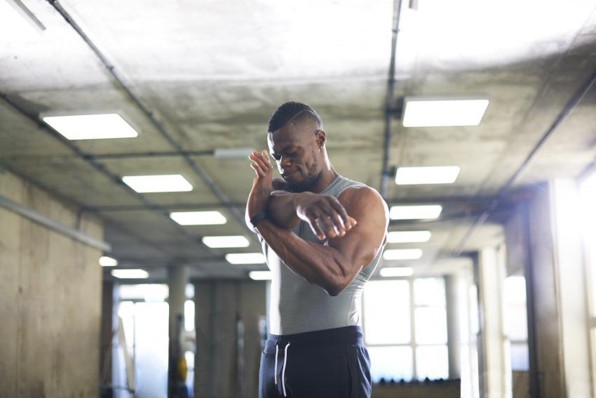 https://cf.ltkcdn.net/exercise/images/slide/247378-850x567-Man-stretching-shoulders.jpg
