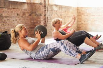 woman doing crunches with medicine ball