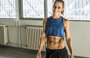 https://cf.ltkcdn.net/exercise/images/slide/247376-850x551-smiling-woman-good-abs.jpg