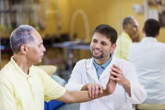 Doctor helps patience with his wrist