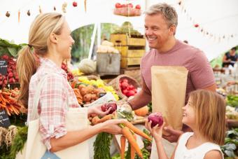 https://cf.ltkcdn.net/family/images/slide/272084-850x566-farmers-market.jpg