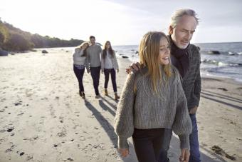 https://cf.ltkcdn.net/family/images/slide/272291-850x567-walking-on-beach.jpg