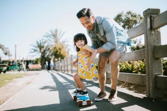 https://cf.ltkcdn.net/family/images/slide/280097-850x566-father-daughter-skateboard.jpg