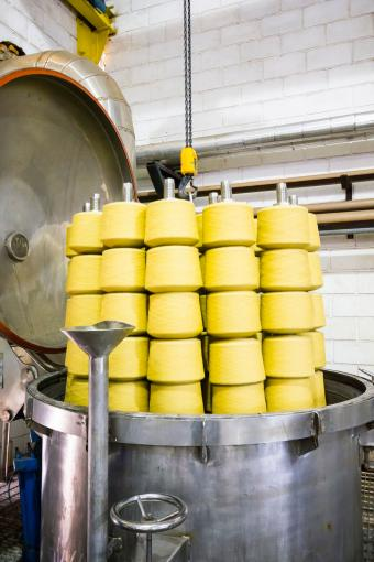 Dying textile yarn in vat