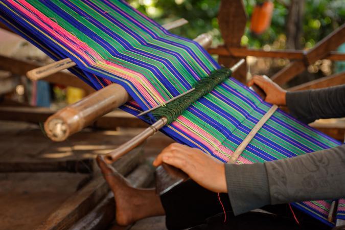 weaving traditional vietnamese fabric