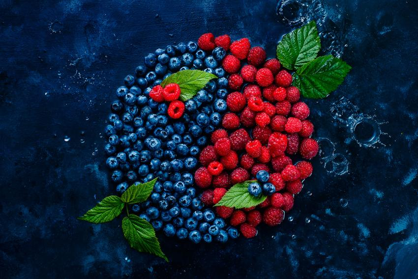 https://cf.ltkcdn.net/feng-shui/images/slide/247646-850x567-blueberries-raspberries-yin-yang.jpg