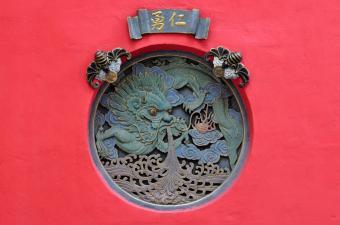 https://cf.ltkcdn.net/feng-shui/images/slide/107319-850x563-Budhist-Temple-Dragon.jpg