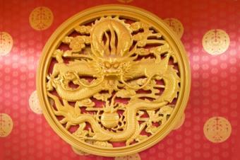 https://cf.ltkcdn.net/feng-shui/images/slide/107406-595x396-Dragon_Red_and_Gold.jpg
