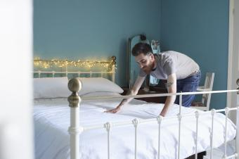 https://cf.ltkcdn.net/feng-shui/images/slide/245798-850x566-man-making-bed.jpg
