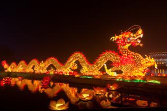 https://cf.ltkcdn.net/feng-shui/images/slide/246598-850x567-lighted-dragon.jpg