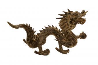 https://cf.ltkcdn.net/feng-shui/images/slide/247140-850x566-Cast-Iron-Chinese-Dragon.jpg