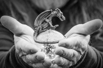 https://cf.ltkcdn.net/feng-shui/images/slide/247146-850x566-metal-dragon-figurine.jpg