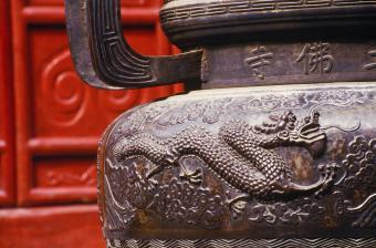 https://cf.ltkcdn.net/feng-shui/images/slide/247151-850x561-metal-dragon-decorative-urn.jpg