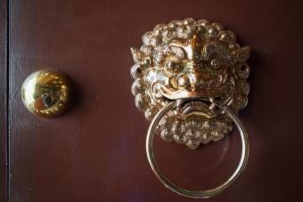 https://cf.ltkcdn.net/feng-shui/images/slide/247153-850x567-decorative-dragon-door-knocker.jpg