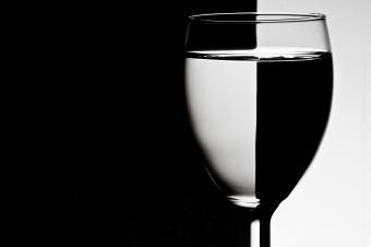 https://cf.ltkcdn.net/feng-shui/images/slide/247642-850x566-black-white-wine-glass.jpg