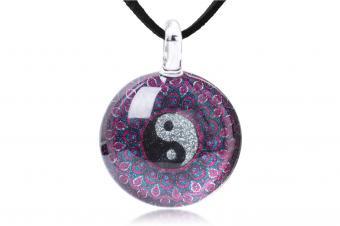 https://cf.ltkcdn.net/feng-shui/images/slide/247643-850x566-yin-yang-pendant-necklace.jpg