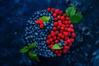 https://cf.ltkcdn.net/feng-shui/images/slide/247646-850x567-blueberries-raspberries-yin-yang.jpg