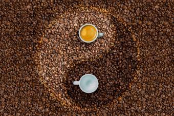 https://cf.ltkcdn.net/feng-shui/images/slide/247650-850x566-coffee-yin-yang.jpg